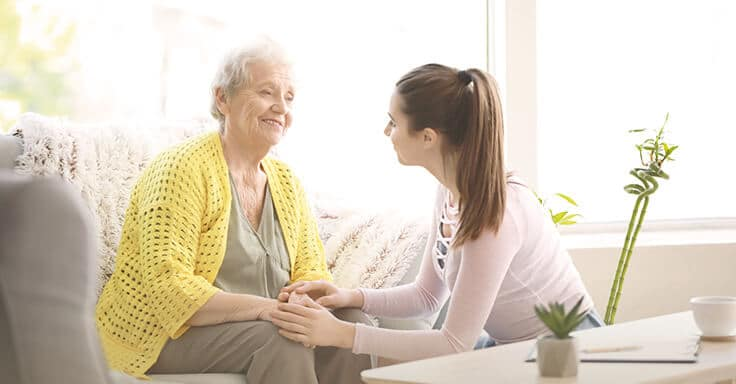 alte Frau mit gelber Strickjacke